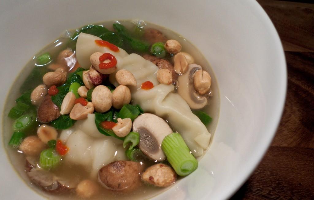 Zupa warzywna z pieczarkami i orzeszkami ziemnymi
