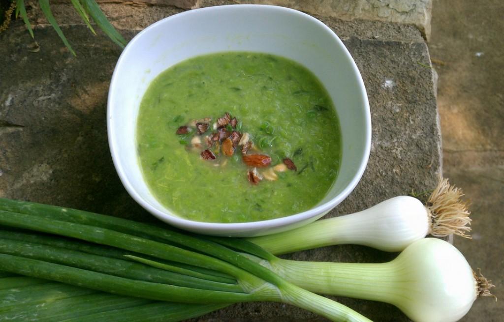 Zupa groszkowo-cebulowa z pistacjami