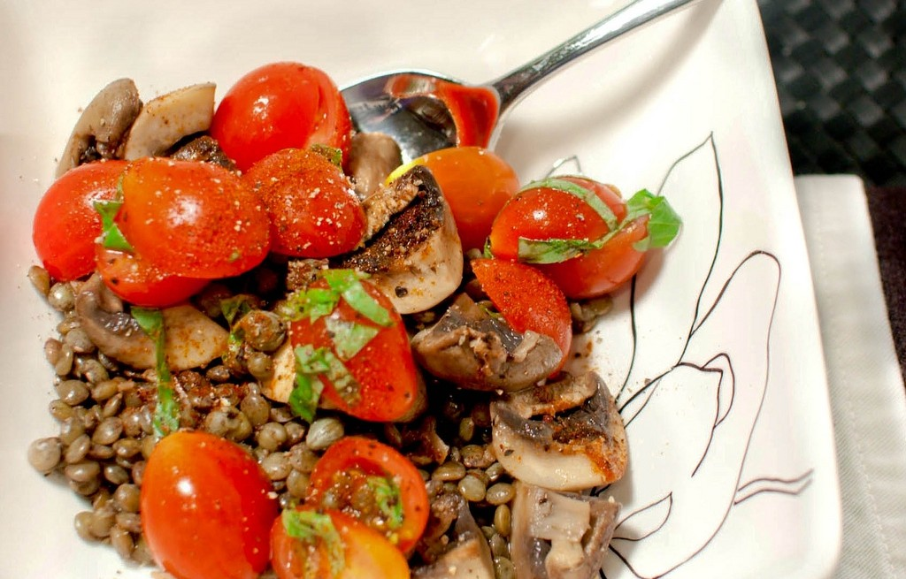 Soczewica z pieczarkami, kaparami i pomidorami