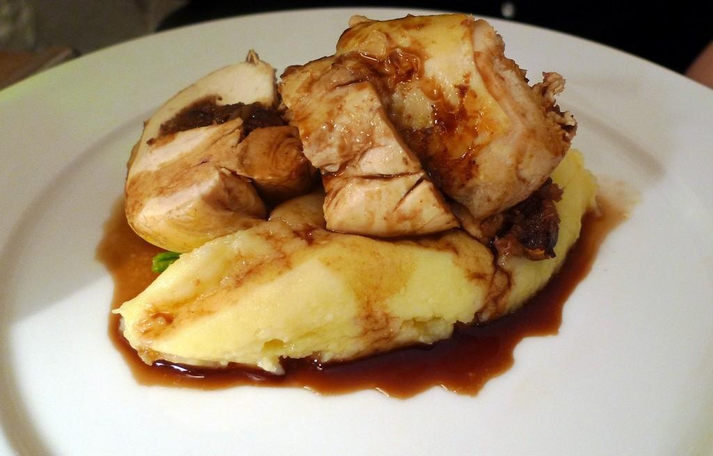 Perliczka pieczona z ziemniakami w sosie śliwkowym
