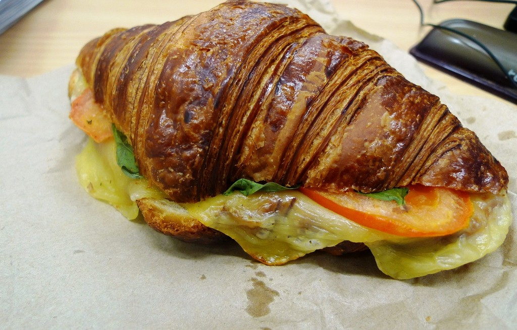 Croissanty zapiekane z szynką i oscypkiem