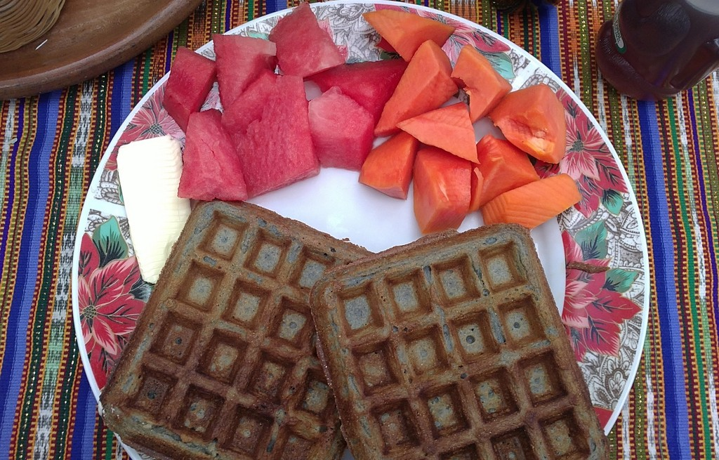 Gofry kakaowe z arbuzem, persymoną i serem
