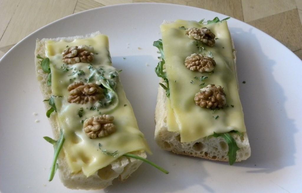 Zapiekanka z serem, rukolą i orzechami