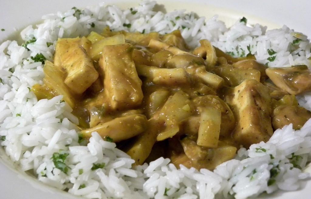 Tofu z pieczarkami i ryżem w sosie curry