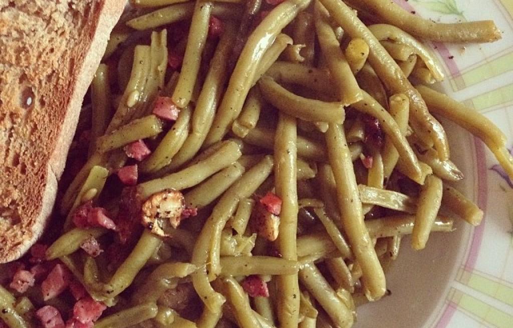 Fasolka szparagowa z szynką i chlebem