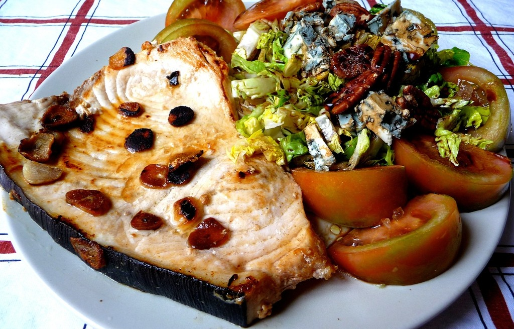 Miecznik z serem pleśniowym, warzywami i orzechami