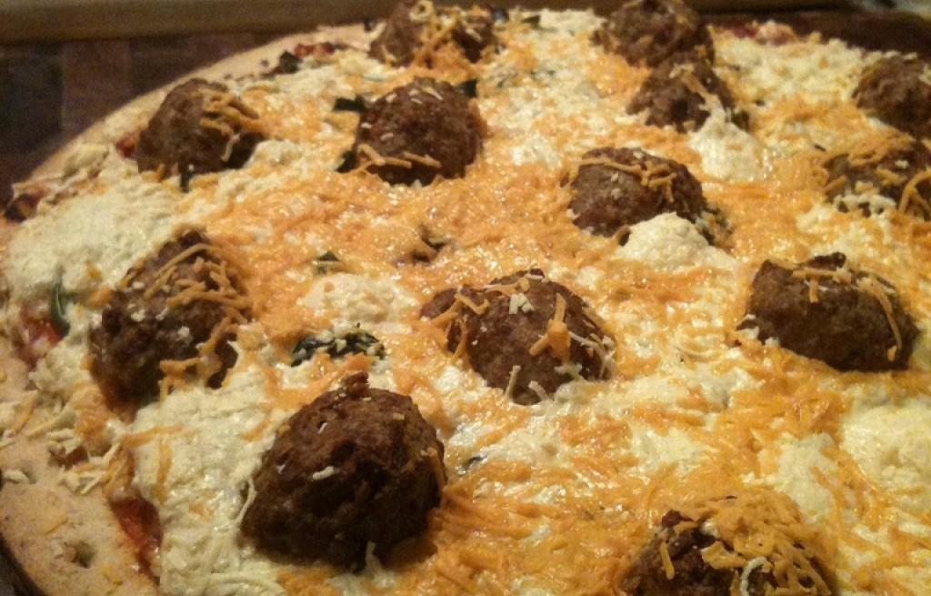 Pizza z klopsami sojowymi