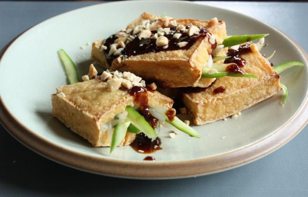 Tofu z grilla z gruszkami, powidłami i orzechami