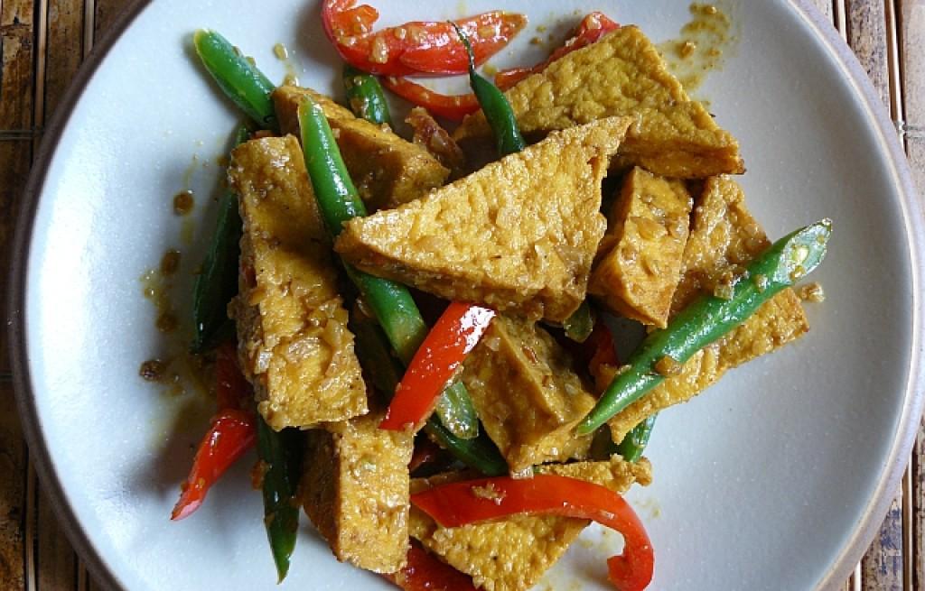Tofu smażone z fasolką, papryką i trawą cytrynową