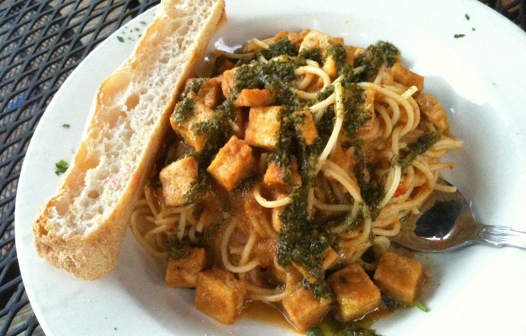 Spaghetti z tofu, sosem pomidorowym i bagietką