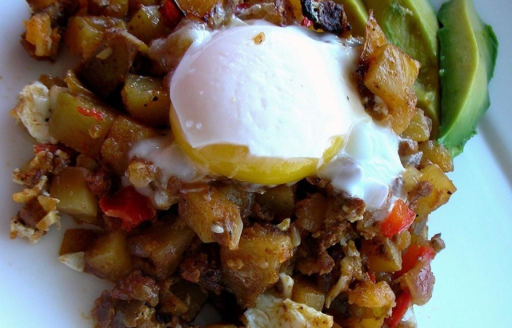 Ziemniaki smażone z chorizo, jajkiem i awokado
