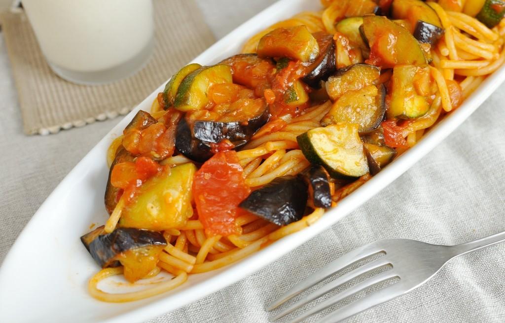 Spaghetti z pomidorami, bakłażanem i cukinią