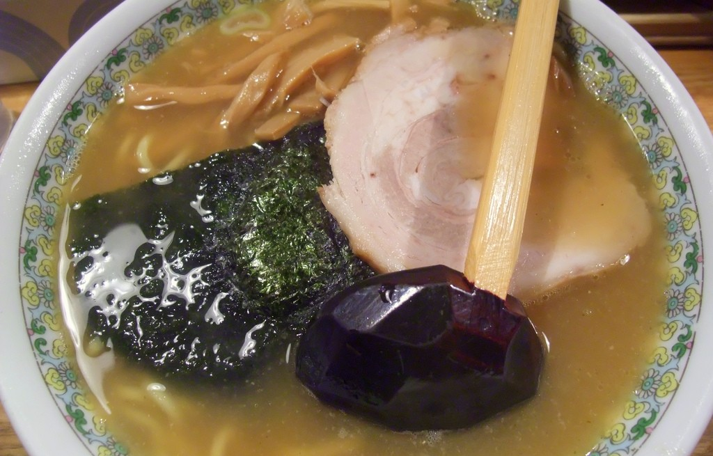 Ramen z baleronem, burakami, nori i tofu