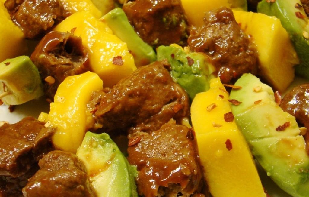 Szaszłyki wołowe z awokado i mango