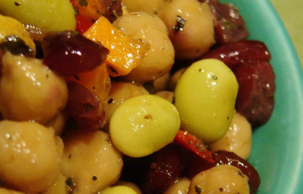 Sałatka warzywna z cieciorka i żurawiną
