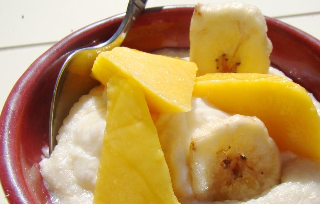 Kasza manna z owocami i miodem