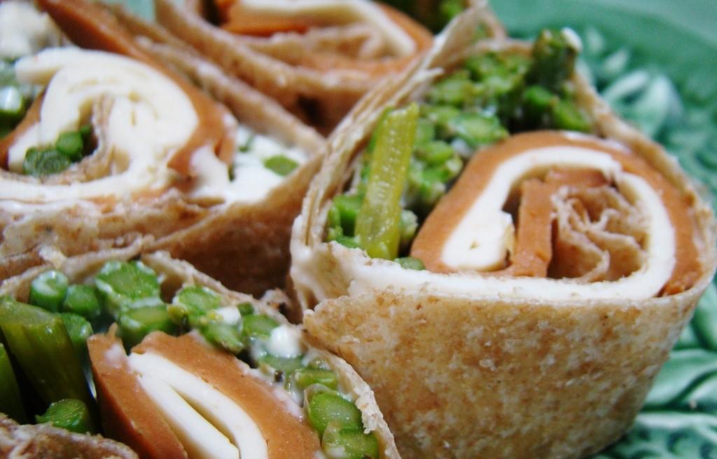 Placki tortilli ze szparagami, serem i łososiem