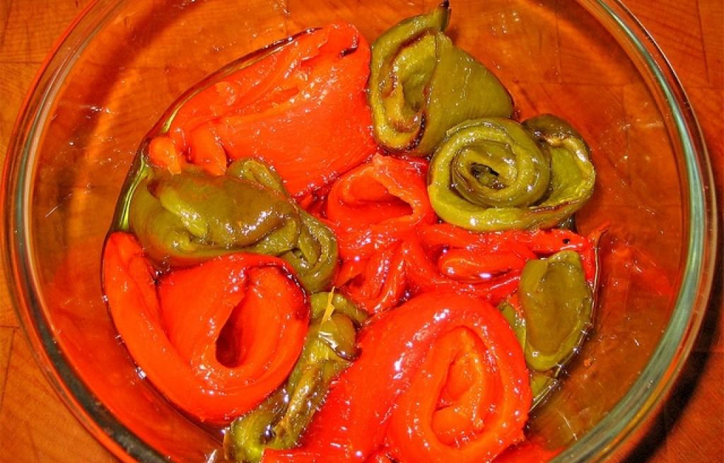 Papryki pieczone w oliwie z rodzynkami i orzechami