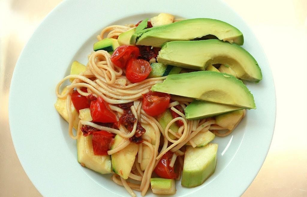 Makaron nitki z warzywami i awokado