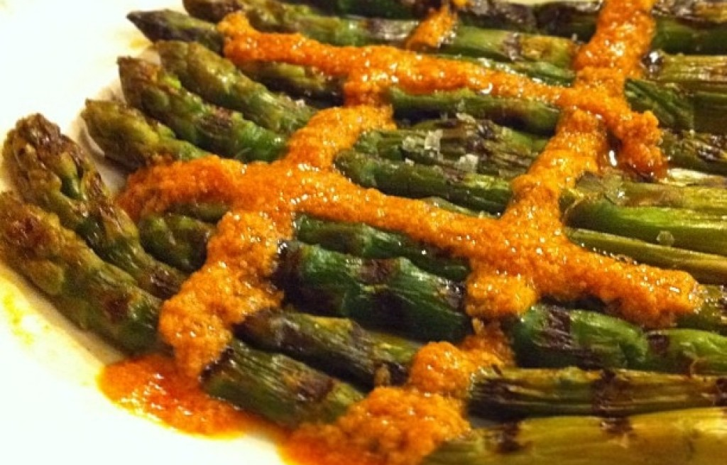 Szparagi grillowane z sesem romesco