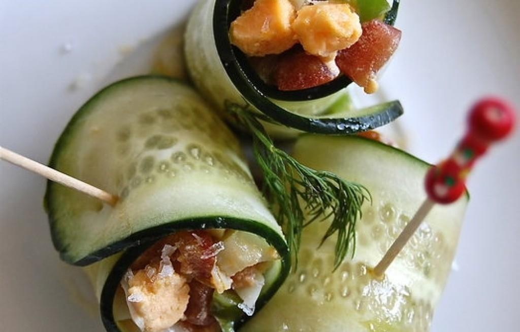Roladki warzywne z jajkiem i łososiem