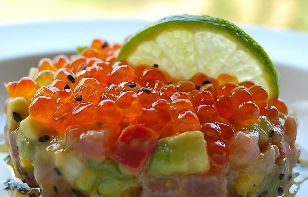 Tatar z tuńczyka z papryką, miodem, owocami i kawiorem