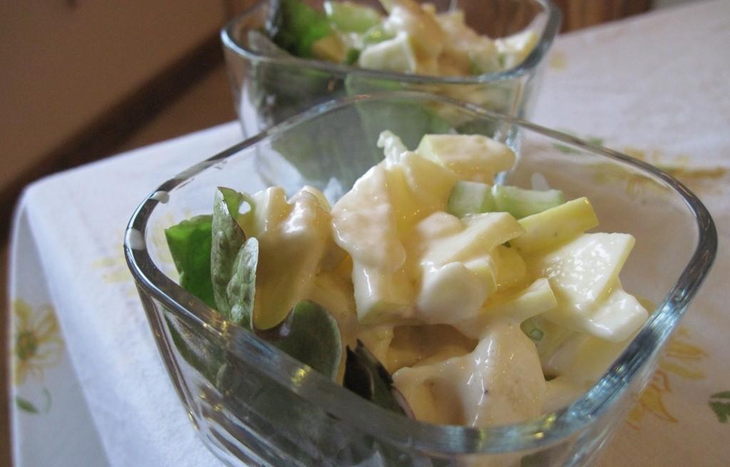 Sałatka owocowo-warzywna ze śmietaną