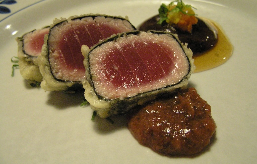 Tuńczyk smażony w nori z shitake i sosem cygańskim