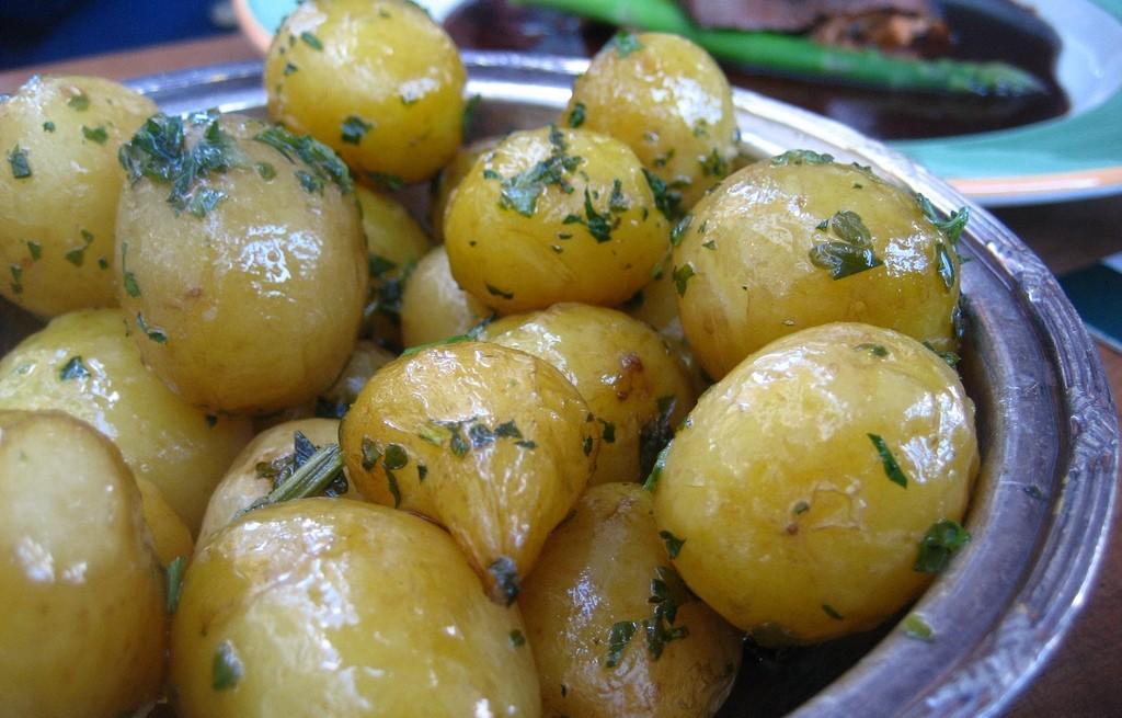 Ziemniaki  z czosnkiem i cebula w oleju