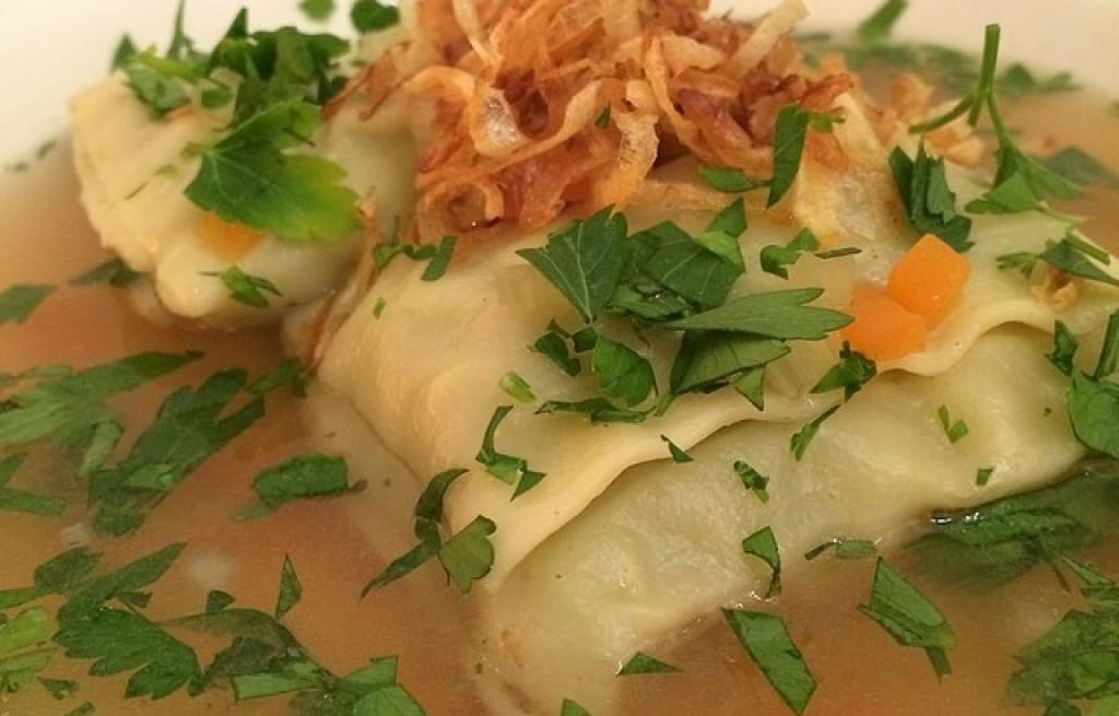 Ravioli w bulionie z szynką i cebulą