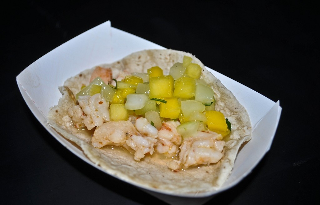 Tortilla z krewetkami, mango i melonem