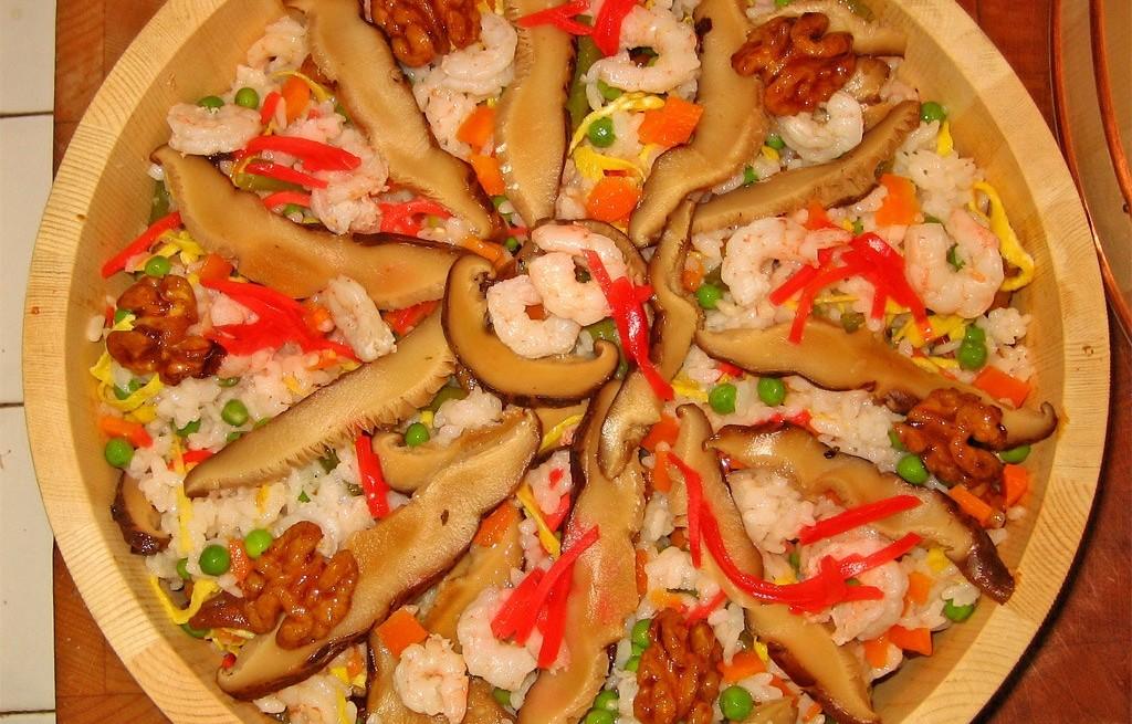 Ryż z krewetkami, boczniakami i orzechami