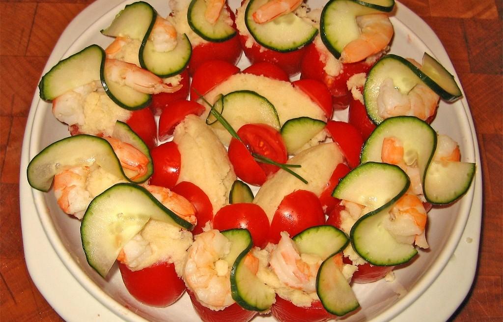 Pomidory nadziewane ziemniakami, krewetkami i cukinią