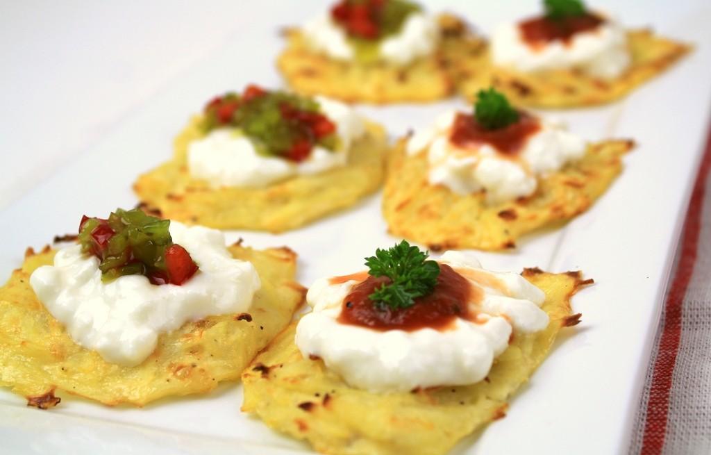 Placki ziemniaczane z serem, sosem pomidorowym i jogurtem