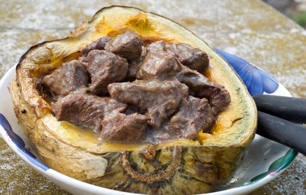 Gulasz wołowy  w pieczonej dyni