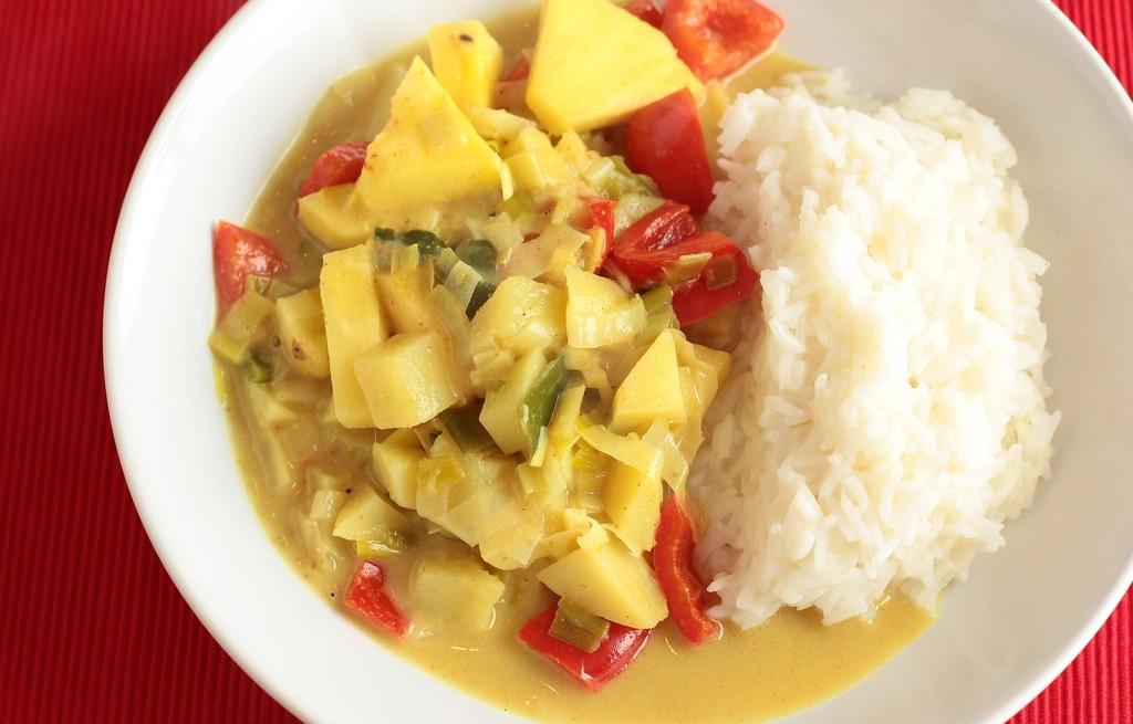 Curry ananasowo-warzywne z ryżem