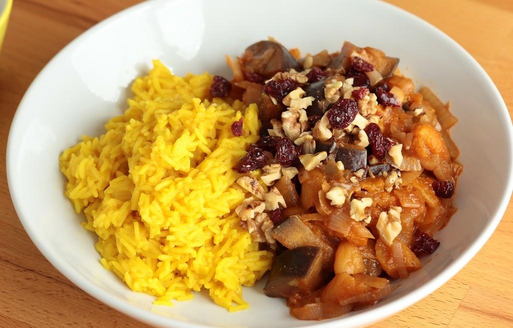 Curry ryżowe z baklażanem, morelami i żurawiną