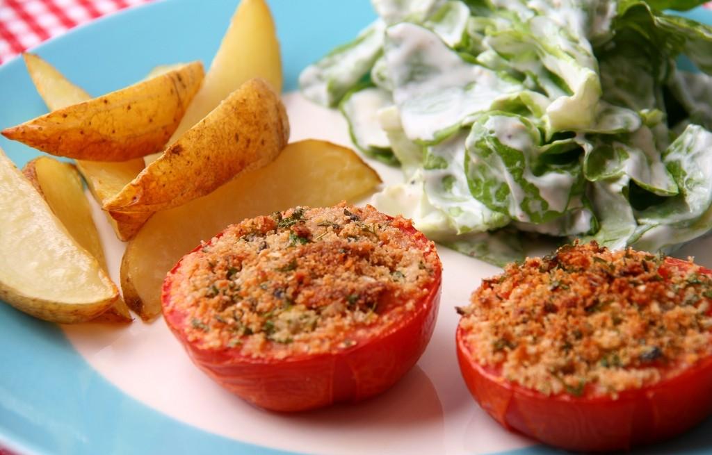 Pomidory zapiekane z ziemniakami i sałatą