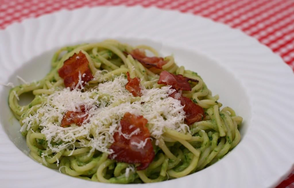 Spaghetti z boczkiem w sosie z awokado