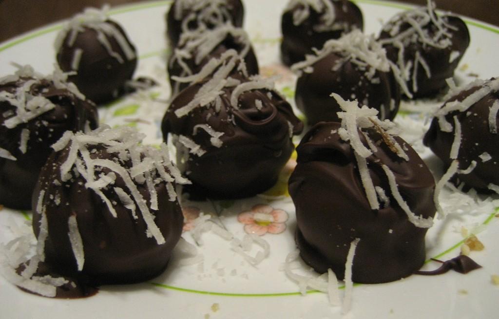 Kulki ryżowe z orzechami wiórkami i czekoladą