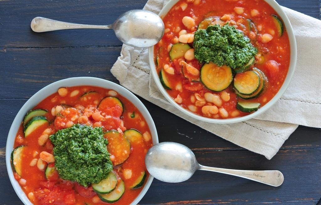 Zupa pomidorowa z cukinią, fasolą i pesto