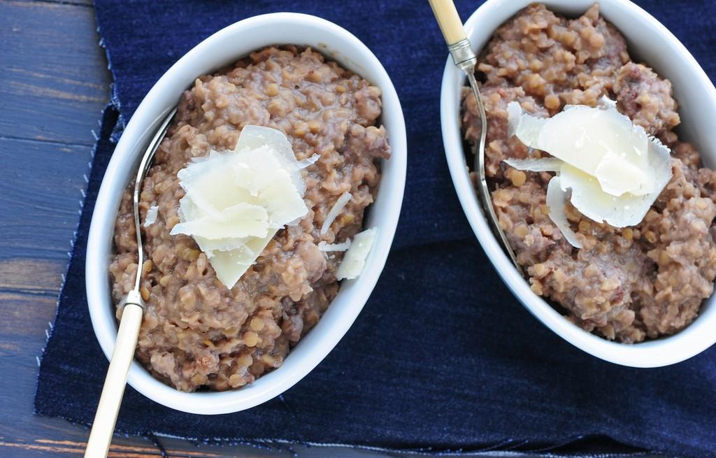 Soczewica z kiełbasą, serem i winiem