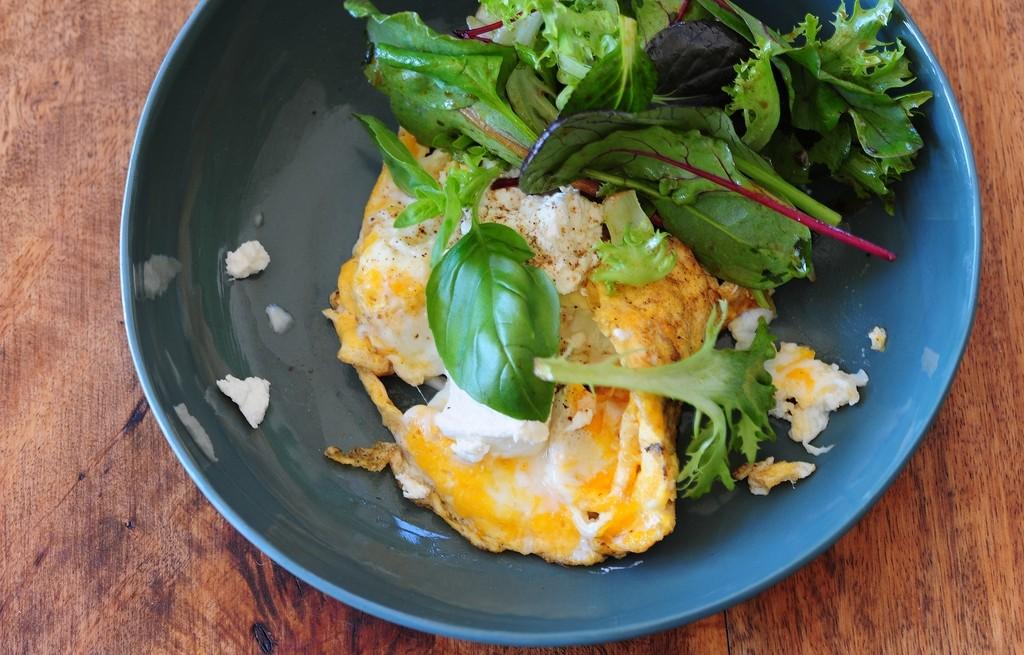 Jajecznica z serem i warzywami