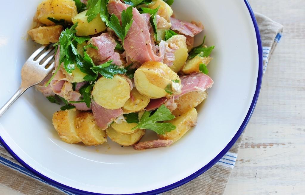 Młode ziemniaki z masłem i szynką