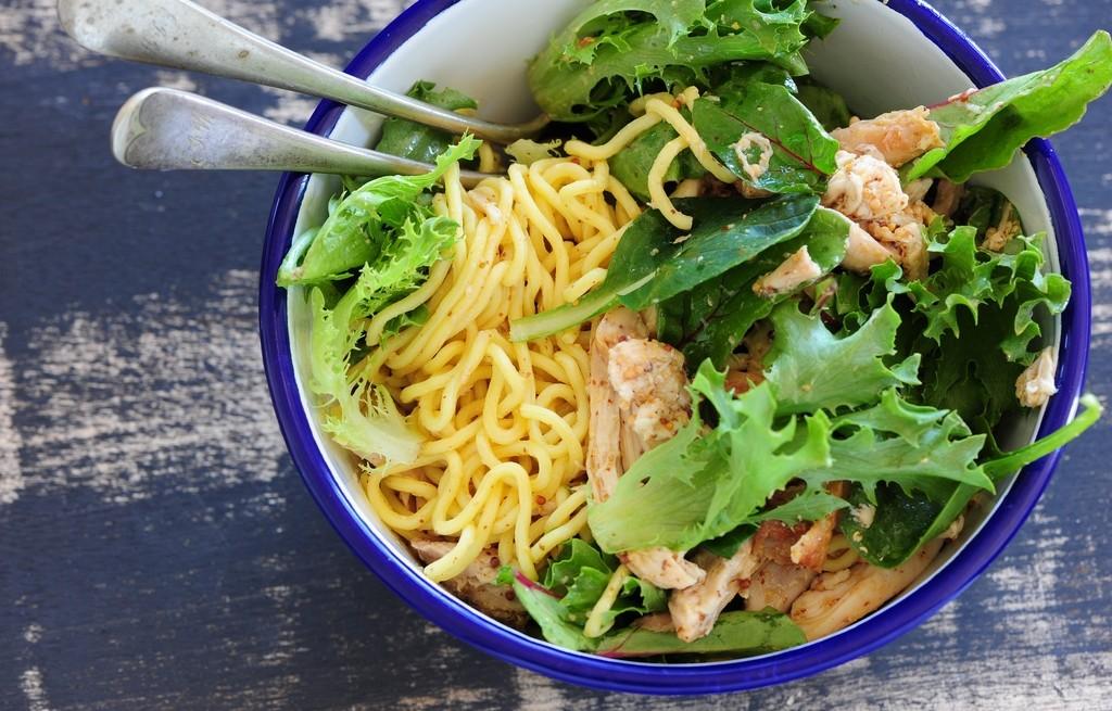 Kurczak ze spaghetti, orzechami, sałatą i botwinką