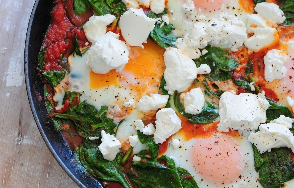 Jajka w pomidorach ze szpinakiem i serem