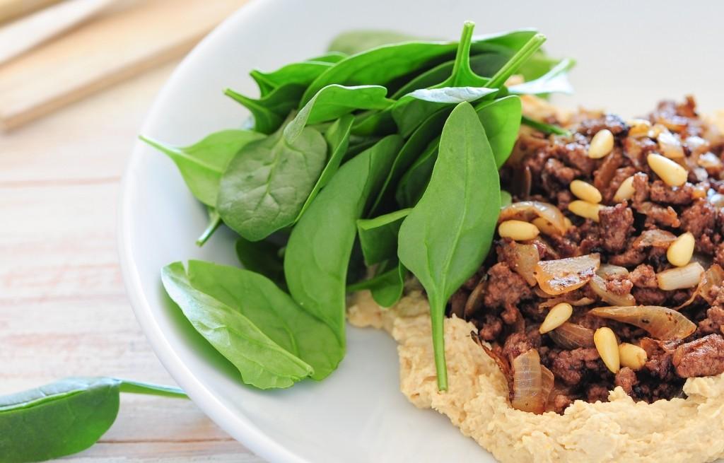 Hummus z wołowiną i szpinakiem