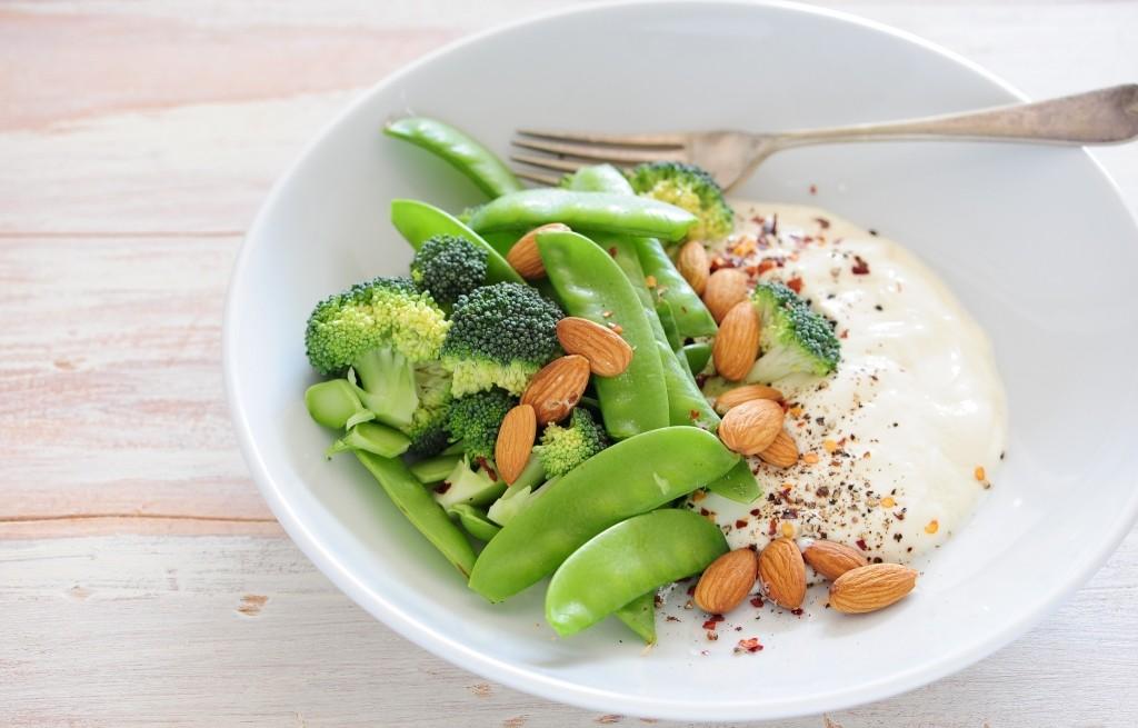 Jogurt z warzywami i migdałami