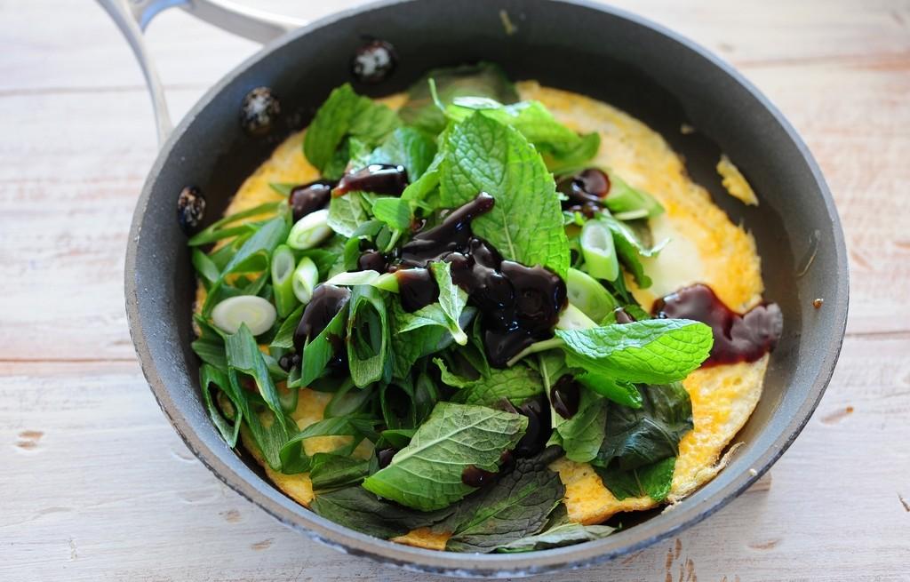 Omlet z miętą, szczypiorkiem i sosem sojowym