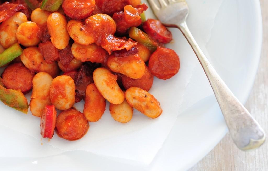 Fasola w pomidorach z kabanosem